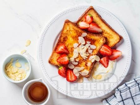 Френски тост (пържени филийки) с филирани бадеми за закуска - снимка на рецептата